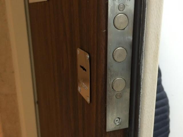 פנטסטי התקנת מנעול כספת עליון לדלת | 24-7Locksmith.co.il FL-54